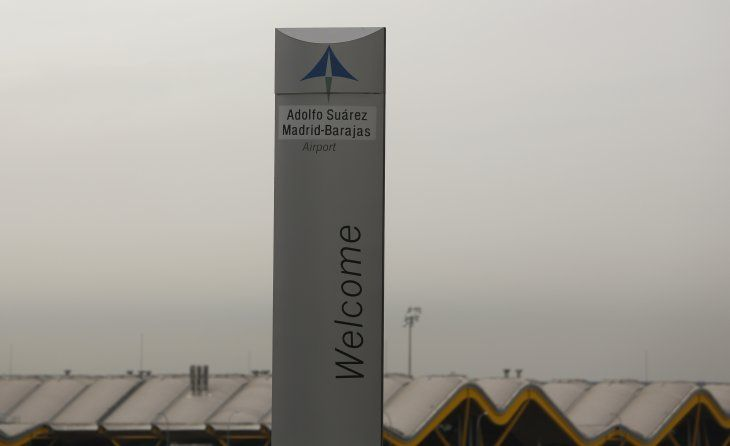 FOTO DE ARCHIVO: El logotipo del operador de aeropuertos españoles Aena en la parte superior de un cartel de bienvenida en el exterior del aeropuerto Adolfo Suárez Barajas