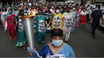india: violan y entierran viva a chica de 14 anos